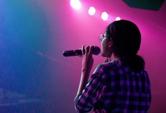 Moderatorin auf einer Bühne